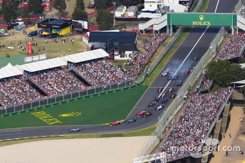 Lewis Hamilton, Mercedes AMG F1 W08, precede Sebastian Vettel, Ferrari SF70H, Valtteri Bottas, Mercedes AMG F1 W08, Kimi Raikkonen, Ferrari SF70H, Max Verstappen, Red Bull Racing RB13, e il resto del gruppo alla partenza