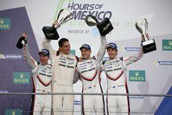 Podium: vainqueur #2 Porsche Team Porsche 919 Hybrid: Timo Bernhard, Earl Bamber, Brendon Hartley