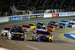 Kyle Busch, Joe Gibbs Racing Toyota, Ryan Newman, Richard Childress Racing Chevrolet restart