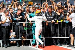 Sieger Lewis Hamilton, Mercedes AMG F1, feiert mit dem Team