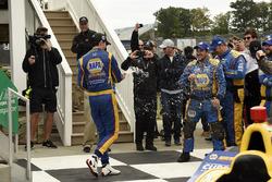 Il vincitore della gara Alexander Rossi, Curb Herta - Andretti Autosport Honda bagna la sua squadra