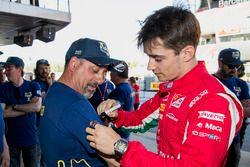 Charles Leclerc, PREMA Powerteam, firma una camiseta de voluntarios de la FIA