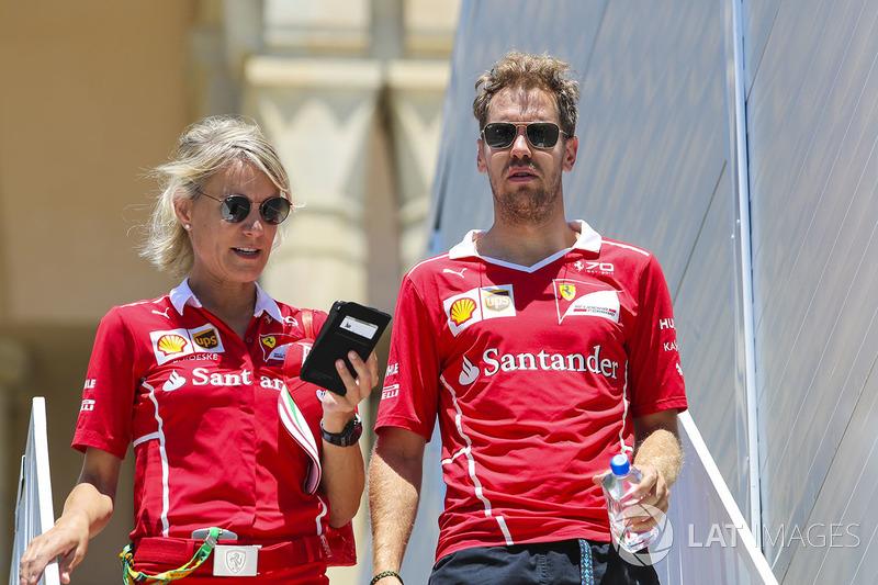 """No mesmo dia, após a audiência - na última segunda-feira, para ser exato - Vettel divulgou um pedido de desculpa público e pela primeira vez admitiu que teve uma reação """"desproporcional"""" em relação a Hamilton."""