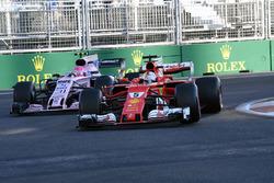 Себастьян Феттель, Ferrari SF70H, и Эстебан Окон, Sahara Force India VJM10