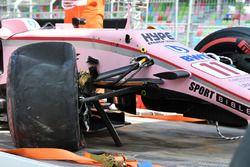 La voiture endommagée de Sergio Perez, Sahara Force India VJM10 est ramenée