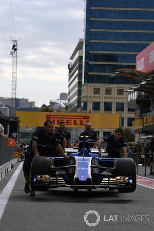 Sauber mechanics, Sauber C36 in pit lane