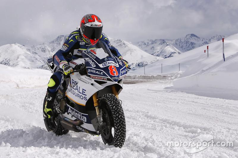Les pneus cloutés de la Ducati font des merveilles