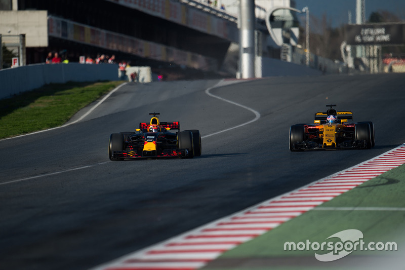Max Verstappen, Red Bull Racing RB13 ve Jolyon Palmer, Renault Sport F1 Team RS17