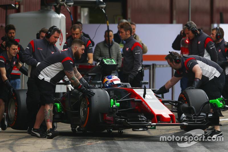 Romain Grosjean, Haas F1 Team VF-17, est ramené au garage par ses mécaniciens