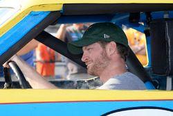 Dale Earnhardt Jr. con el coche de novato de Dale Earnhardt