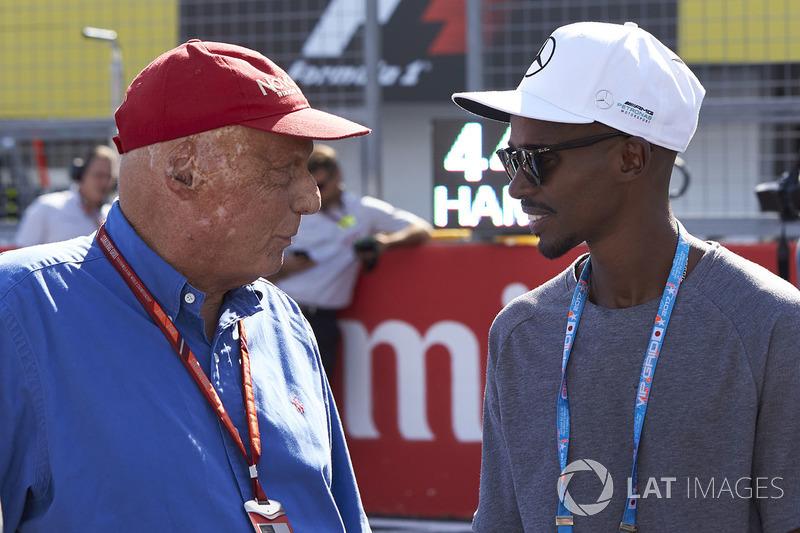 Niki Lauda, presidente non-esecutivo, Mercedes AMG F1, con il campione olimpico Sir Mo Farah