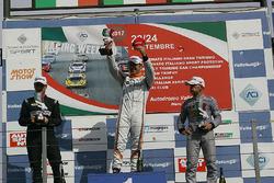 Podio Gara 2: il vincitore della gara Nicola Baldan, Pit Lane, il secondo classificato Kevin Giacon, il terzo classificato Max Mugelli, Pit Lane
