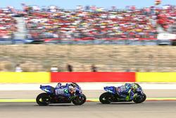 Viñales persigue a Rossi durante la carrera de Aragón