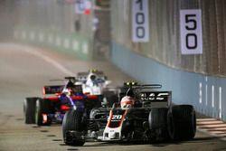 Kevin Magnussen, Haas F1 Team VF-17 leads Daniil Kvyat, Scuderia Toro Rosso STR12 and Lance Stroll,