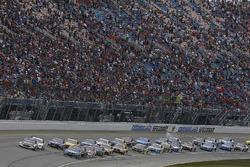 Restart: Chase Elliott, Hendrick Motorsports Chevrolet, Kevin Harvick, Stewart-Haas Racing Ford