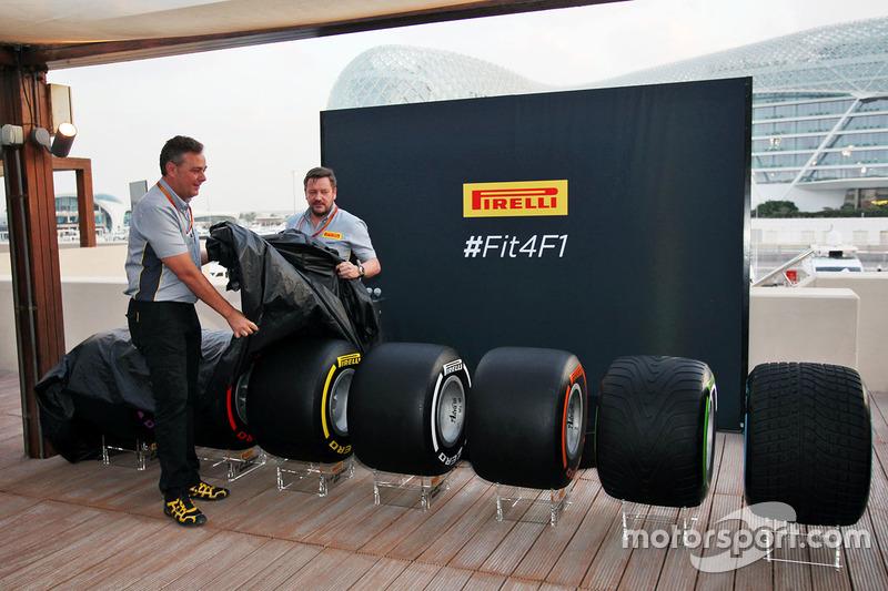 Mario Isola, manager de Pirelli Racing y Paul Hembery, director de Pirelli Motorsport, revelan los neumáticos de F1 2017