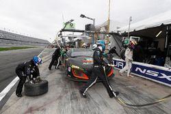 #86 Michael Shank Racing Acura NSX: Oswaldo Negri Jr., Jeff Segal, Tom Dyer, Ryan Hunter-Reay, pit action