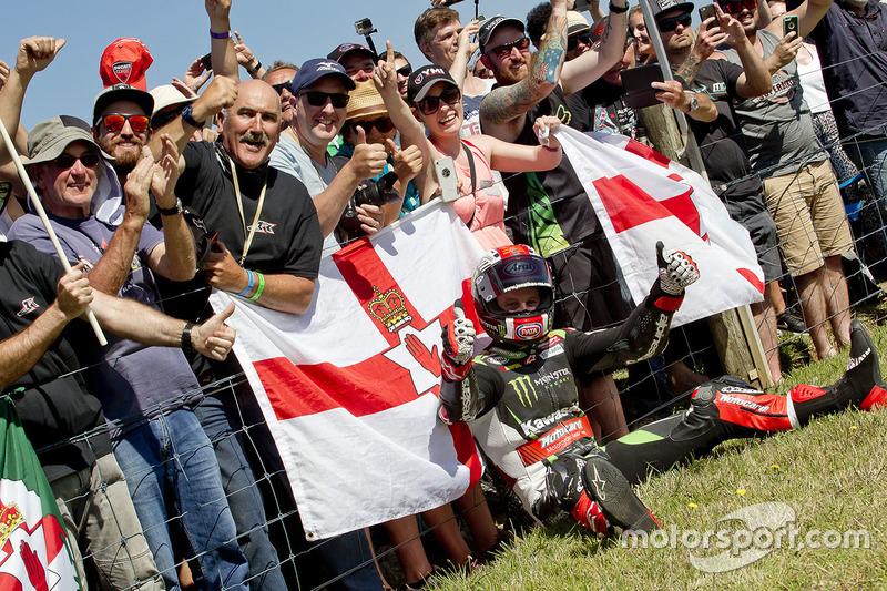 Race winner Jonathan Rea, Kawasaki Racing celebrates with fans