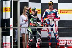 Подиум: победитель - Джонатан Рей, Kawasaki Racing Team и третье место - Михаэл ван дер Марк, Honda