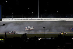Crash de Rico Abreu, ThorSport Racing Toyota; Cameron Hayley, ThorSport Racing Toyota