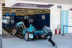 La voiture de Nelson Piquet Jr., NEXTEV TCR Formula E Team aux vérifications techniques