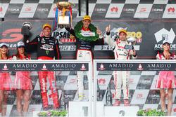 Podium: winnaar Nick Percat, Lucas Dumbrell Motorsport Holden,tweede Michael Caruso, Nissan Motorspo
