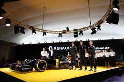 Jolyon Palmer, Kevin Magnussen et Esteban Ocon, Renault Sport F1 Team avec Carlos Ghosn, Président de Renault et Frédéric Vasseur, Directeur de la Compétition de Renault Sport F1 Team