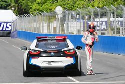 Loic Duval, Dragon Racing, wird vom Safety-Car abgeholt