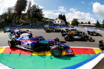 Daniel Ricciardo, Renault F1 Team R.S.19, battles with Romain Grosjean, Haas F1 Team VF-19, Nico Hulkenberg, Renault F1 Team R.S. 19, Pierre Gasly, Toro Rosso STR14, and Lance Stroll, Racing Point RP19, at the start