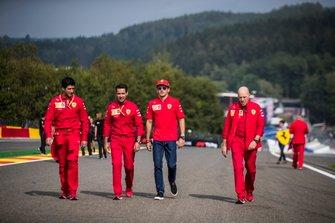 Charles Leclerc, Ferrari, ispeziona il tracciato con i colleghi, incluso Jock Clear, ingegnere di pista, Ferrari