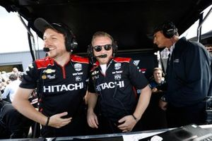 Josef Newgarden, los ingenieros del equipo Penske Chevrolet celebran
