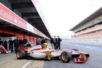 Narain Karthikeyan HRT F1 TEAM con el HRT F112