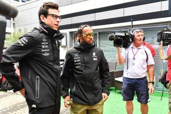 Toto Wolff, directeur exécutif Mercedes AMG, et Lewis Hamilton, Mercedes AMG F1