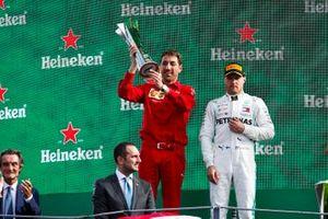 Matteo Togninalli, chef de l'ingénierie piste Ferrari, soulève le trophée des constructeurs