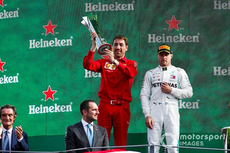 Matteo Togninalli, capo degli ingegneri della pista, Ferrari, solleva il trofeo dei costruttori