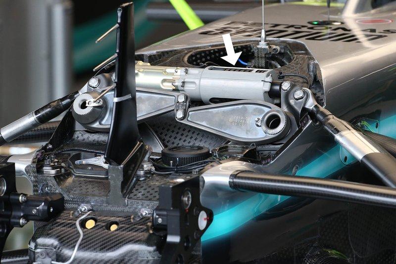 Mercedes AMG F1 W10, dettaglio della sospensione anteriore
