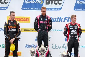 Podio: Matt Neal, Halfords Yuasa Team Dynamics Honda Civic y Josh Cook, BTC Racing Honda Civic