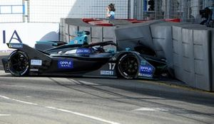 Gary Paffett, HWA Racelab, VFE-05, crashes into the barrier