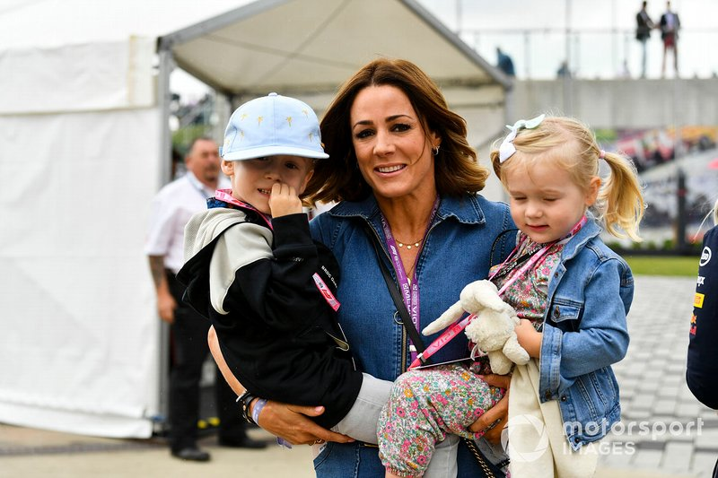 Natalie Pinkham con sus hijos