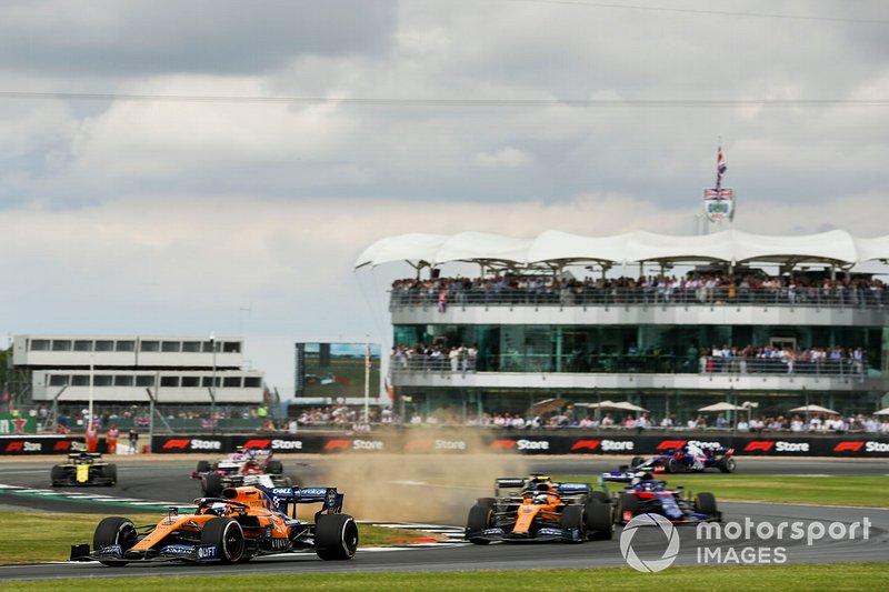 Carlos Sainz Jr., McLaren MCL34, Lando Norris, McLaren MCL34, Alexander Albon, Toro Rosso STR14, al inicio