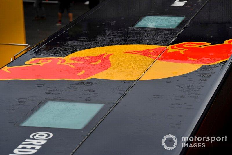 La lluvia se refleja en un logo de Red Bull