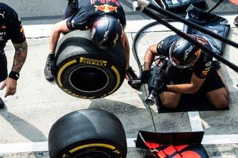 Prove pit stop della Red Bull Racing con la Red Bull Racing RB15