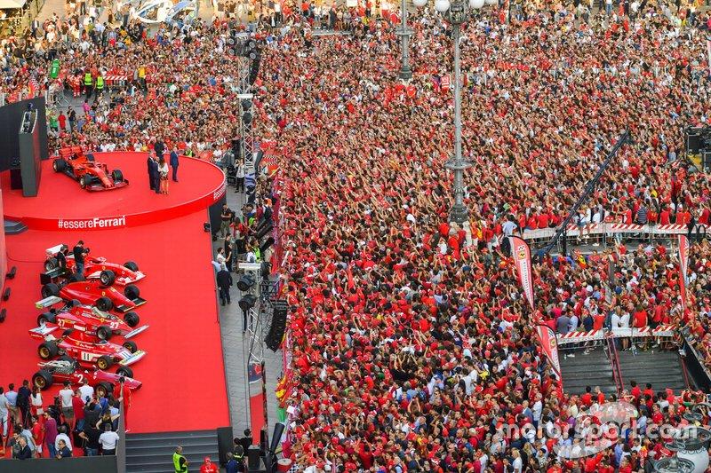 Una gran multitud se reúne frente al escenario