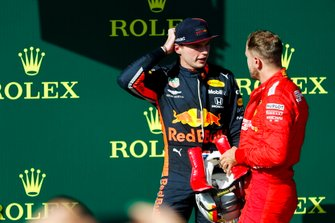 Il secondo classificato Max Verstappen, Red Bull Racing, parla con Sebastian Vettel, Ferrari, terzo classificato, sul podio