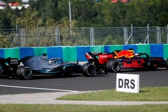 Max Verstappen, Red Bull Racing RB15 et Lewis Hamilton, Mercedes AMG F1 W10 à la lutte