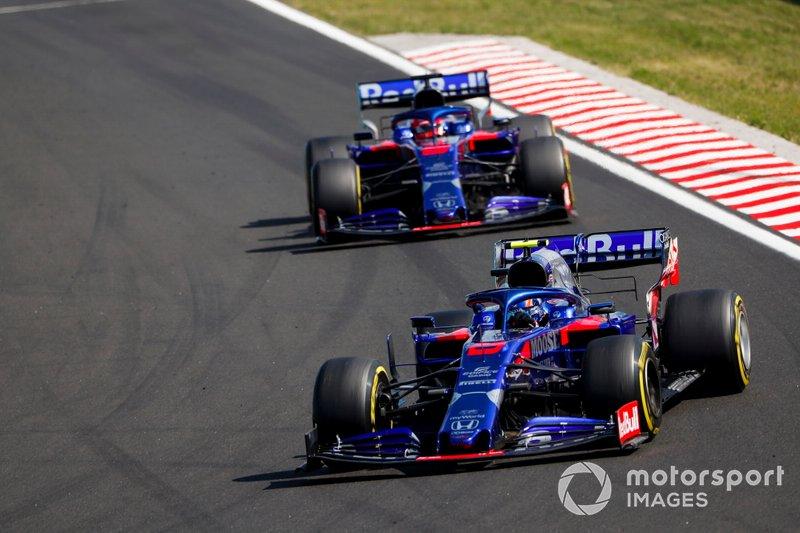 Alexander Albon, Toro Rosso STR14, precede Daniil Kvyat, Toro Rosso STR14
