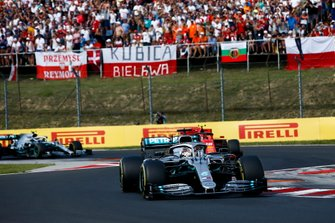 Lewis Hamilton, Mercedes AMG F1 W10 precede Charles Leclerc, Ferrari SF90 e Valtteri Bottas, Mercedes AMG W10