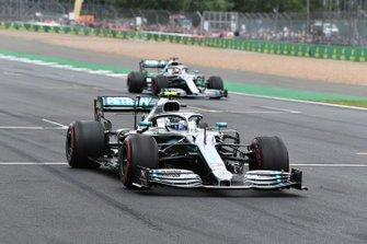 Valtteri Bottas, Mercedes AMG W10, et Lewis Hamilton, Mercedes AMG F1 W10, font des essais de départ