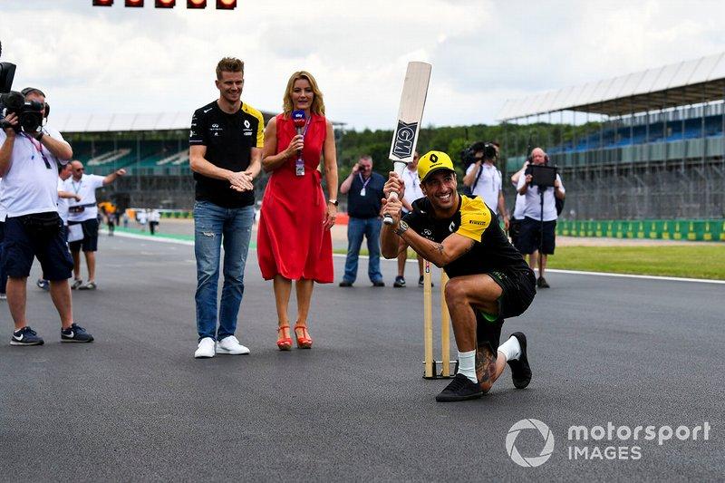 Nico Hulkenberg, Renault F1 Team y Daniel Ricciardo, Renault F1 Team juegan a cricket con Rachel Brookes, Sky TV