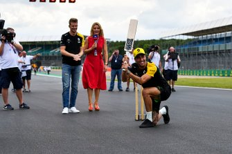 Nico Hulkenberg, Renault F1 Team and Daniel Ricciardo, Renault F1 Team playing cricket with Rachel Brookes, Sky TV commentates